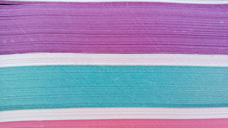 Ein Stapel Papier paginiert verschiedene Farben lizenzfreie stockbilder