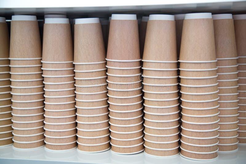 Ein Stapel Papierschalen für Teekaffee trinkt hellbraunes lizenzfreies stockfoto