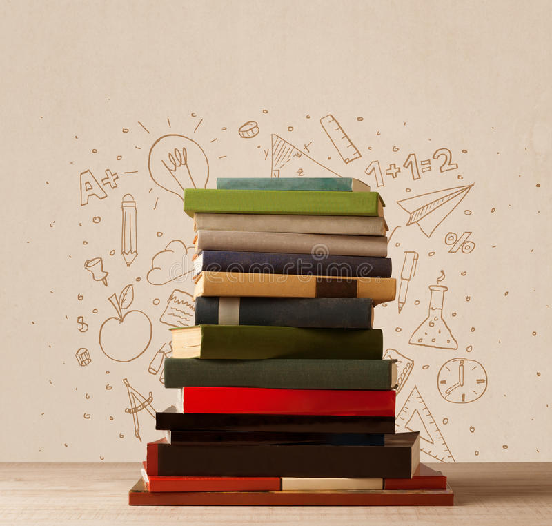 Ein Stapel von Büchern auf Tabelle mit Schulhand gezeichneten Gekritzelskizzen stockfotos