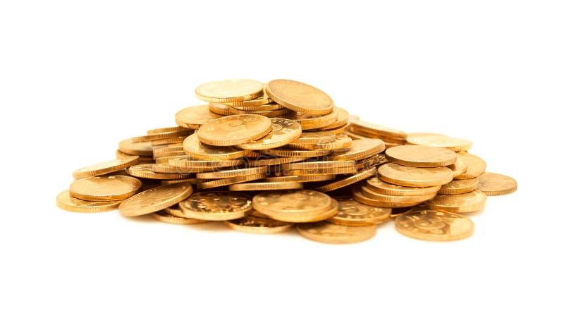 Ein Stapel von den Goldmünzen lokalisiert stockfotos