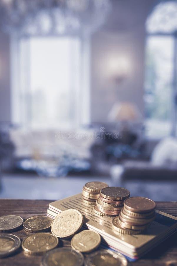 Ein Stapel von Kreditkarten und von Euro prägt auf einem Holztisch stockfotografie