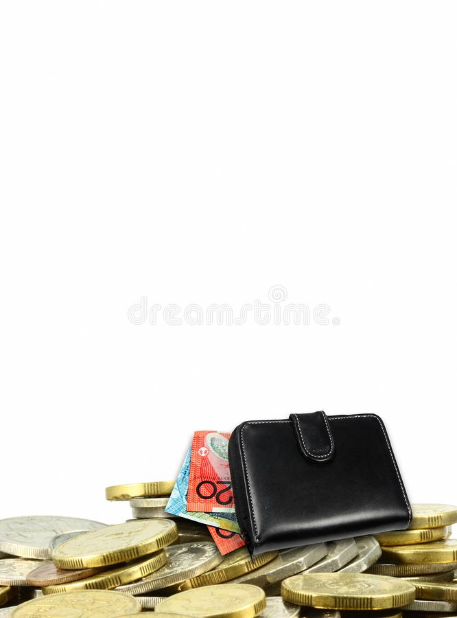 Ein Stapel von Münzen mit australischen Dollar und einer schwarzen Geldbörse stockbild
