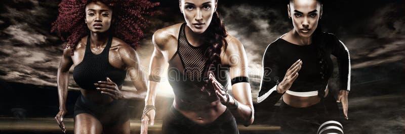 Ein starker athletischer, Frauensprinter, laufend auf dem dunklen Hintergrund, der in der Sportkleidungs-, Eignungs- und Sportmot lizenzfreies stockfoto