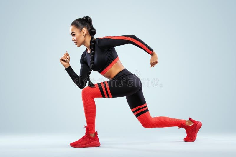 Ein starker athletischer, Frauensprinter, laufendes Tragen in der Sportkleidungs-, Eignungs- und Sportmotivation Läuferkonzept mi lizenzfreies stockbild