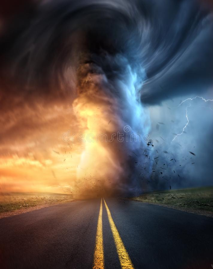 Ein starker Tornado bei Sonnenuntergang stockbild