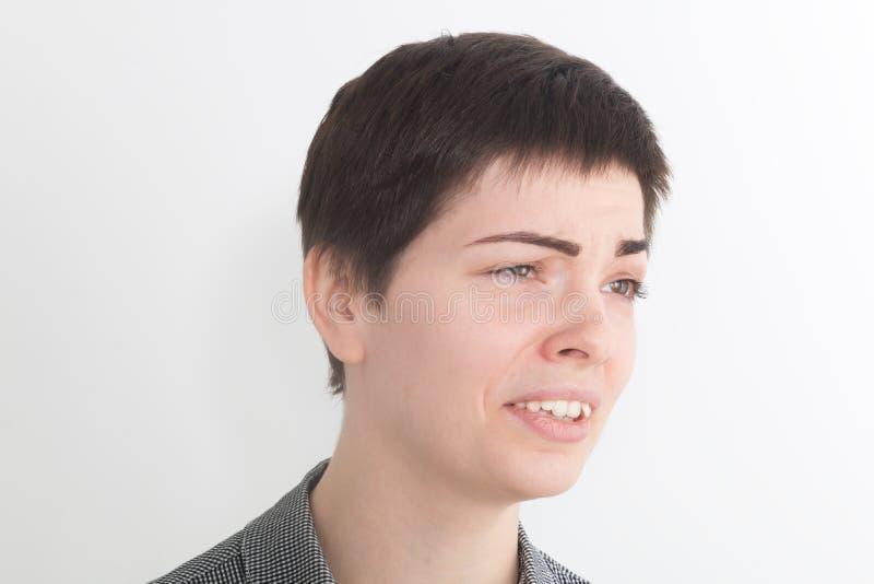 Ein starkes Bild einer sehr umgekippten und emotionalen Frau, die auf dem weißen Hintergrund schreit und schreit stockfotos