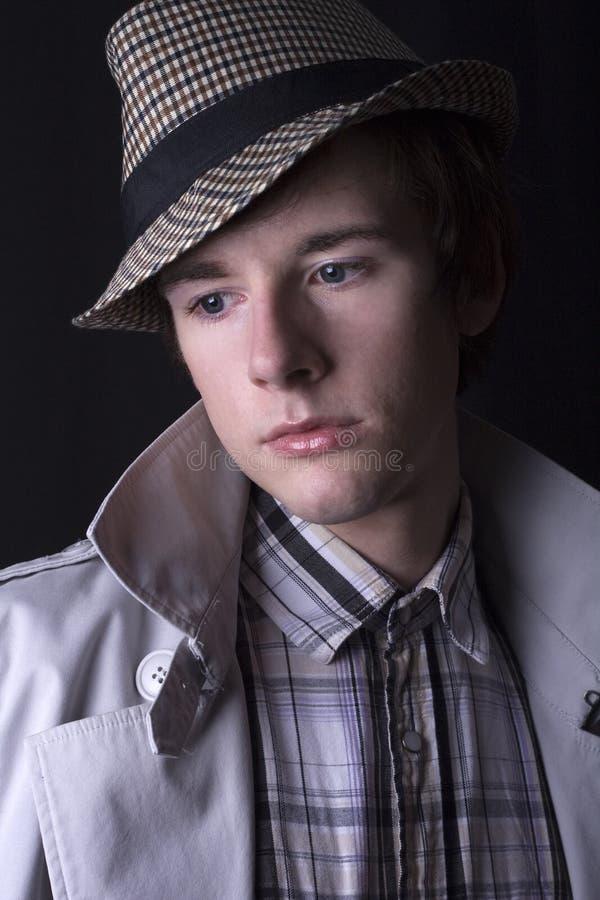 Ein stattlicher junger Mann in einem Hut stockfotos