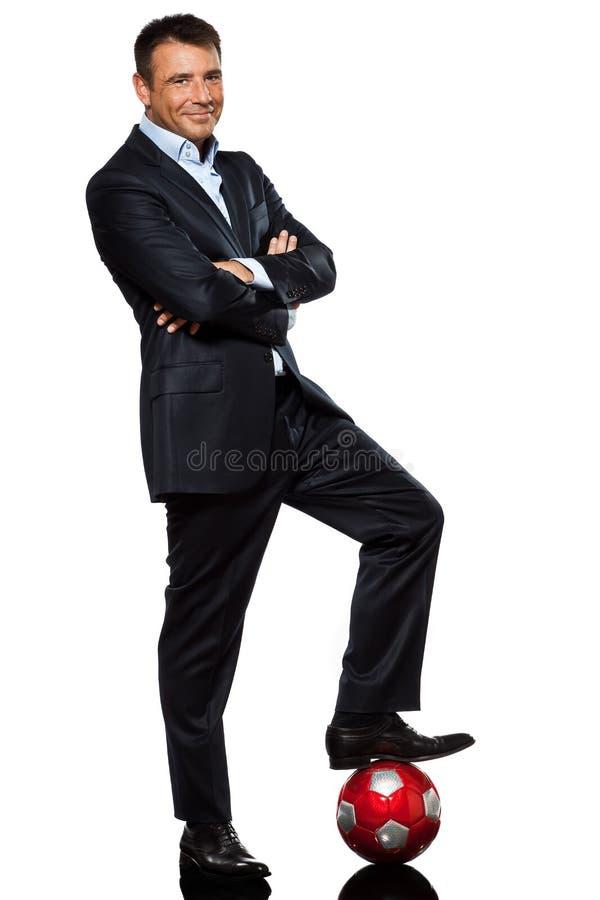 Ein stehender Fuß des Geschäftsmannes auf Fußballkugel lizenzfreies stockfoto