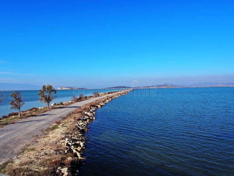 Ein Steinweg auf der Küste von Ägäischem Meer lizenzfreie stockbilder