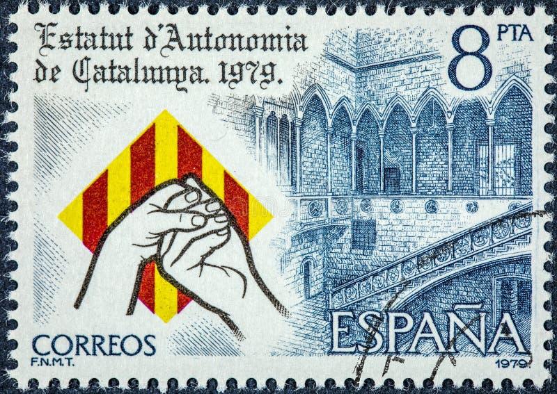Ein Stempel, der in Spanien gedruckt wird, zeigt Autonomiestatut von Katalonien lizenzfreies stockfoto