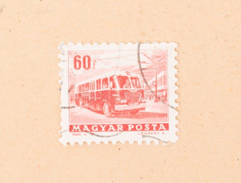Ein Stempel, der in Ungarn gedruckt wird, zeigt öffentliche Transportmittel, circa 1963 stockfotografie