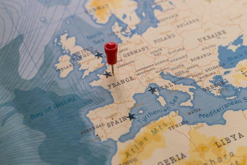 Ein Stift von Paris, Frankreich in der Weltkarte lizenzfreie stockfotografie