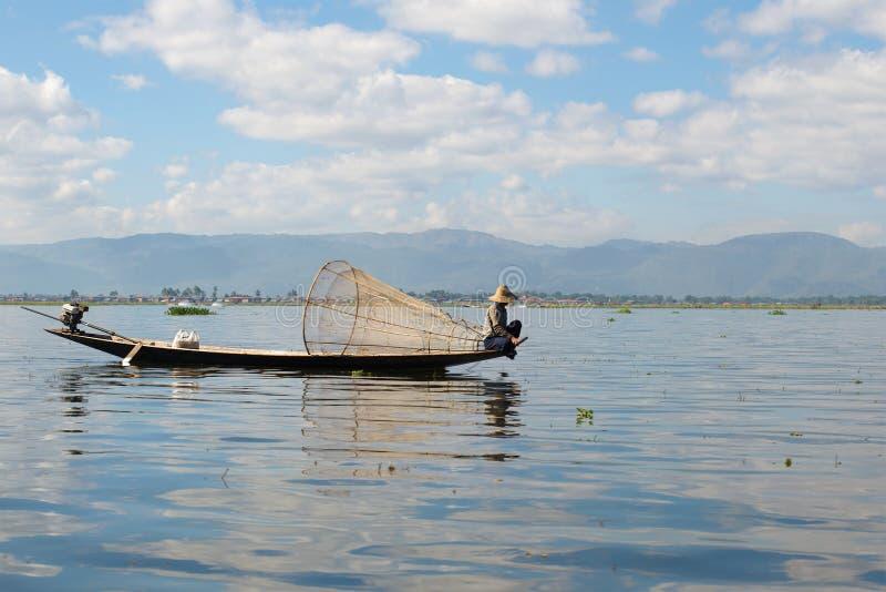 Ein stillstehender Fischer auf dem Inle See birma stockbilder