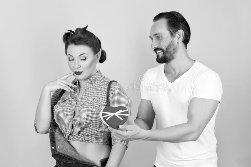 Ein stilvoller Mann im weißen Hemd gibt schönes brunette Pin-up-Girl lizenzfreie stockbilder