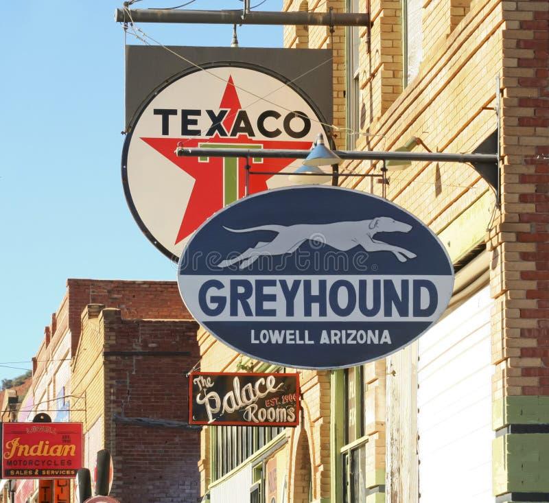 Ein Straßenbild von Weinlese-Zeichen, Lowell, Arizona lizenzfreie stockfotografie