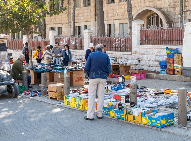 Ein Straßenhändler verkauft verschiedene Sachen, indem er sie heraus auf den Bürgersteig auf Straße Derekh Shechem - Nablus-Straß stockfoto