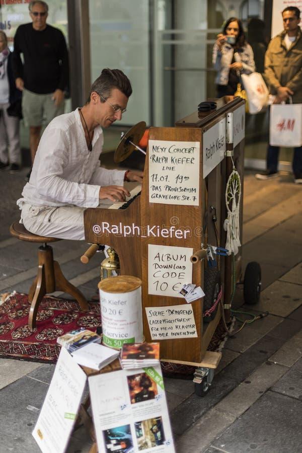 Ein Straßenpianist Ralph Kiefer, der an einer Straße nahe bei dem Marienplatz in München durchführt stockfotografie