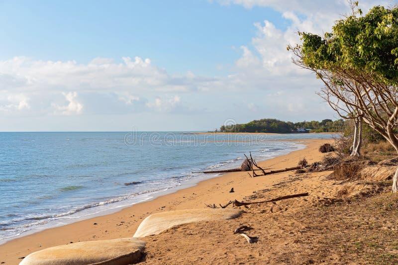 Ein Strand abgefressen durch einen Wirbelsturm stockbild