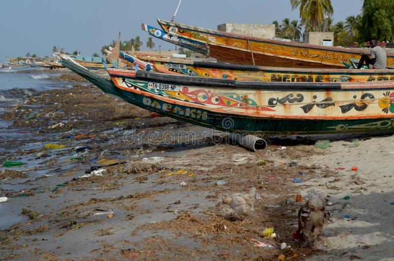 Ein Strand bedeckt durch Plastik- Sänfte im zierlichen CÃ'te von Senegal, West-Afrika stockfotos