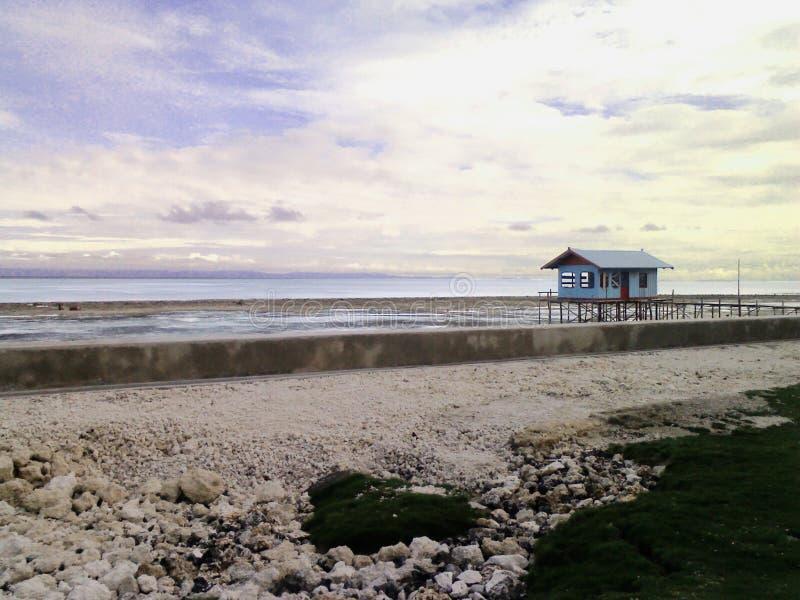 Ein Strand-Häuschen mit schönem landsacape lizenzfreie stockfotografie