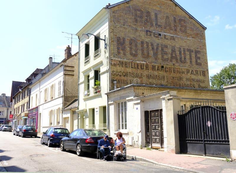 Ein Streetscape in Vernon, Normandie, Frankreich lizenzfreies stockbild