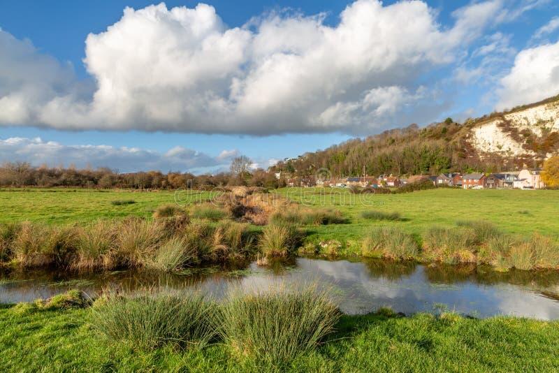 Ein Strom und Felder in Lewes stockbild