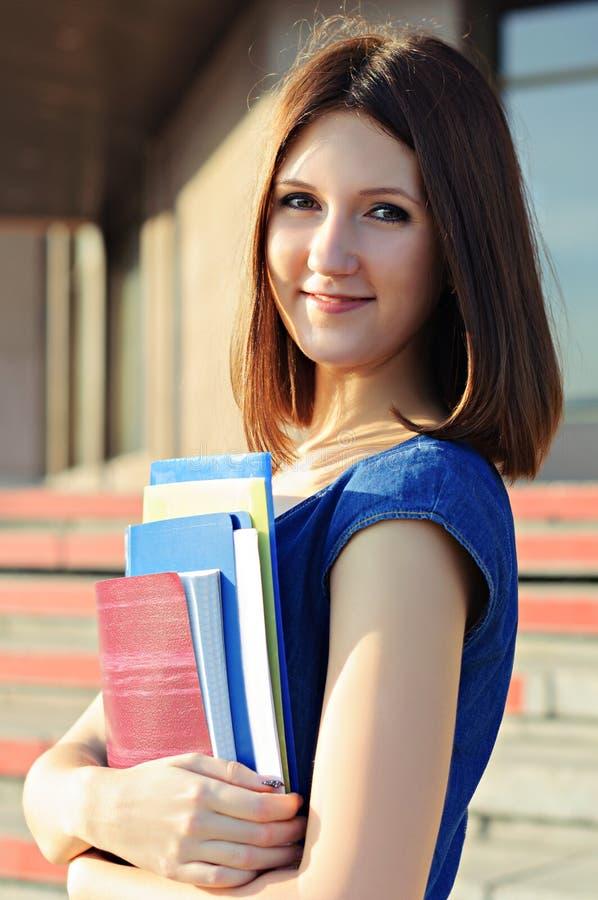Ein Student nahe dem College stockbilder