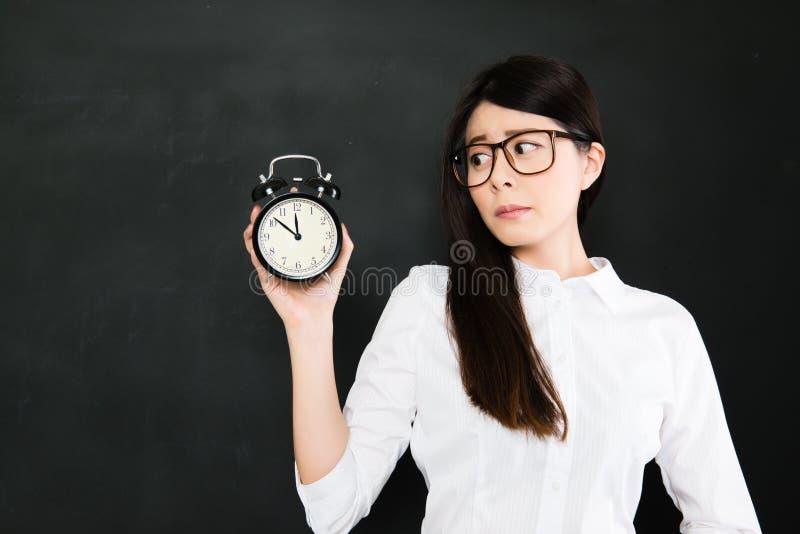 Ein Student, zum rechtzeitig zu sein ist für Schule grundlegend lizenzfreies stockfoto