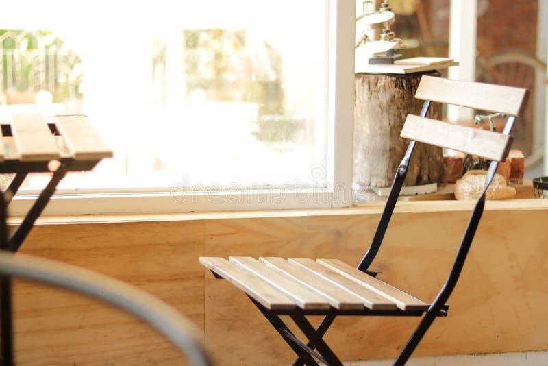 Ein Stuhl in der Kaffeestube lizenzfreie stockfotografie