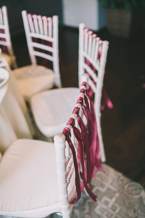 Ein Stuhl verziert für eine Hochzeit lizenzfreies stockfoto