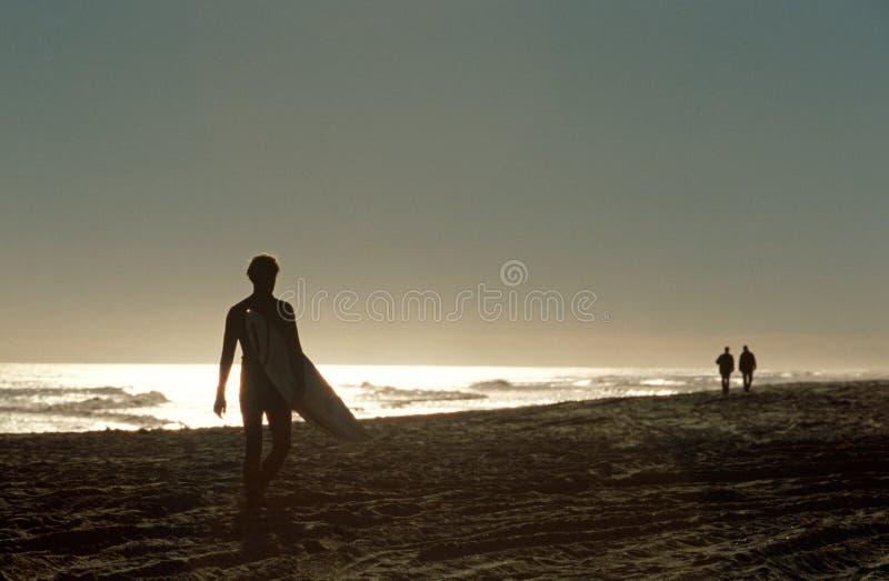 Ein Surfer auf einem Strand in Südafrika. lizenzfreies stockbild