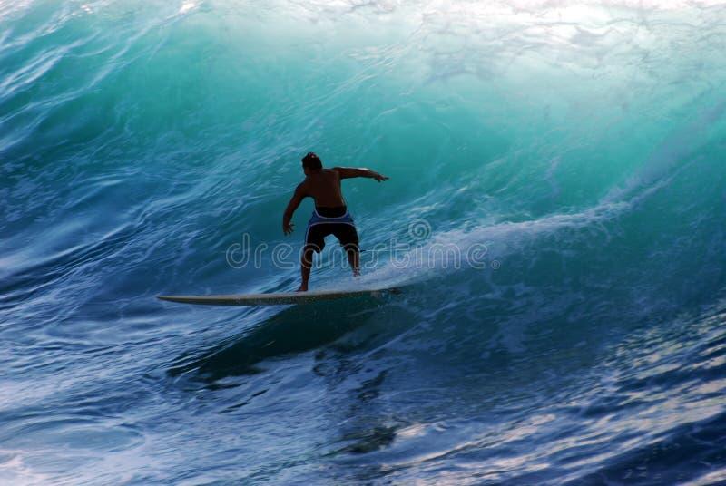 Ein Surfer, der die Welle reitet lizenzfreie stockfotos