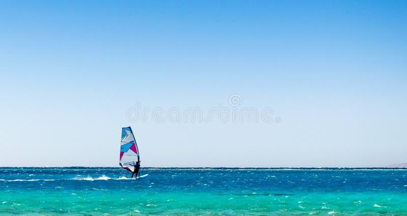 Ein Surfer reitet in das Rote Meer in Egyp stockfoto