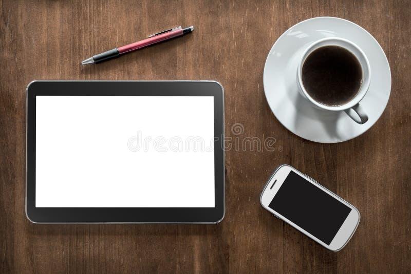 Ein Tablet, Kaffee, Smartphone und ein Bleistift auf Wohnzimmer-Tabelle stockbild