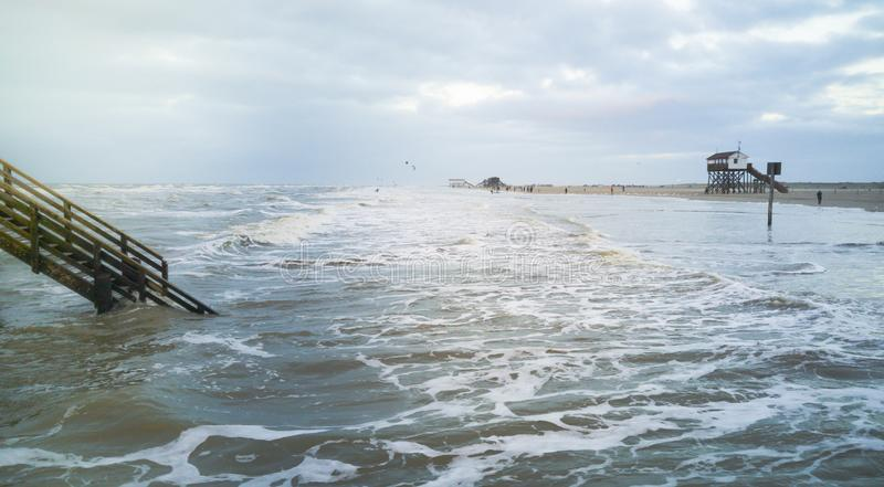 Ein Tag auf dem Strand von St. Peter Ording lizenzfreie stockfotos