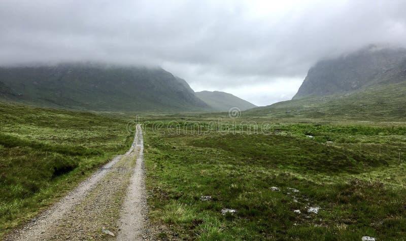 Ein Tal mit einem allgemeinen Fußweg auf der Insel von Harris, Äußere Hebriden lizenzfreies stockbild