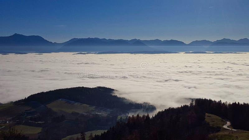 ein Tal wird mit Nebel bedeckt stockfotografie