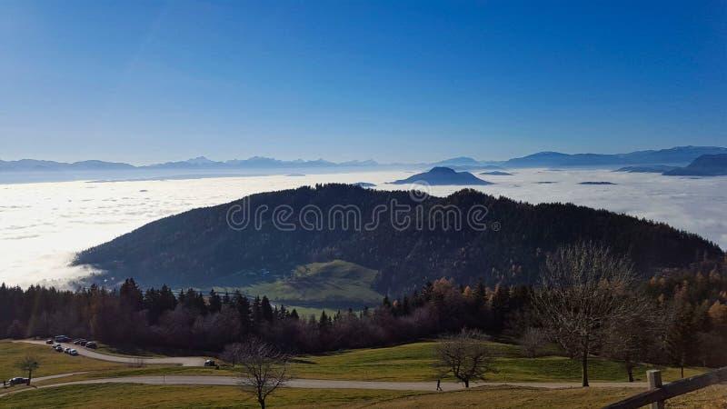 ein Tal wird mit Nebel bedeckt lizenzfreie stockfotografie