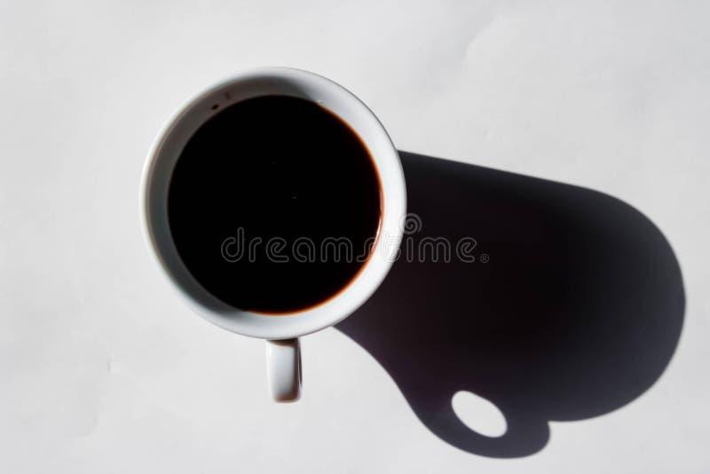 Ein Tasse Kaffee auf einem weißen Hintergrund stockbilder