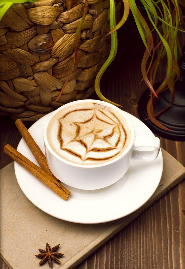 Ein Tasse Kaffee, Cappuccinokunst, Lattekunst lizenzfreie stockfotos