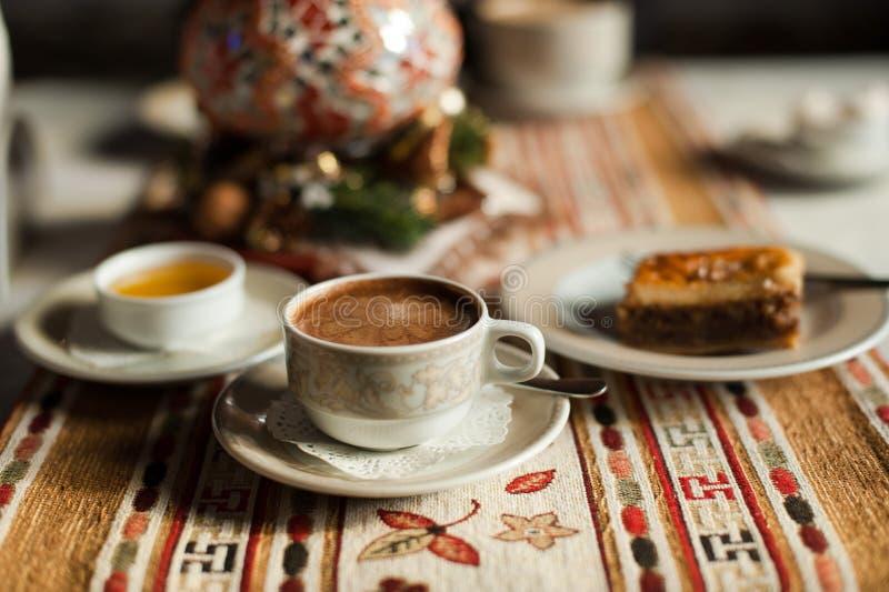 Ein Tasse Kaffee mit Honig und Baklava lizenzfreie stockbilder