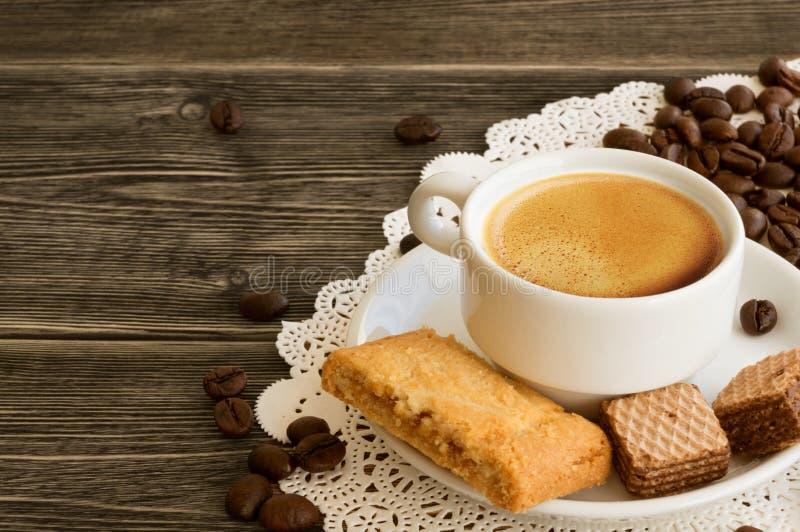 Ein Tasse Kaffee mit Kaffeebohnen stockfotos