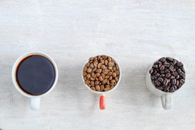 Ein Tasse Kaffee und Bohnen eines Tasse Kaffees lizenzfreies stockbild