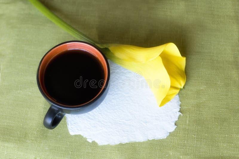 Ein Tasse Kaffee und ein Calla lizenzfreies stockbild
