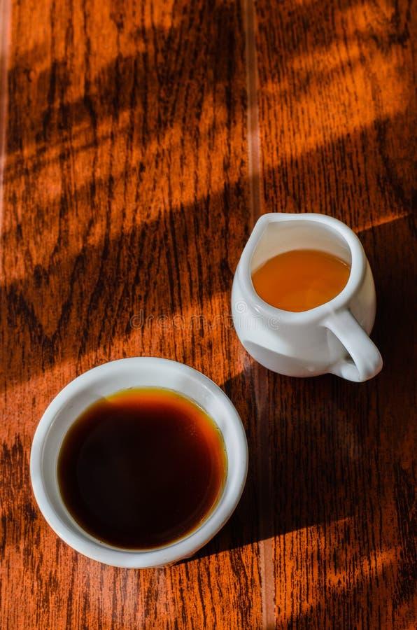 Ein Tasse Kaffee und ein Topf der Honigbiene stockfoto