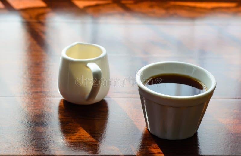 Ein Tasse Kaffee und ein Topf huney lizenzfreie stockbilder