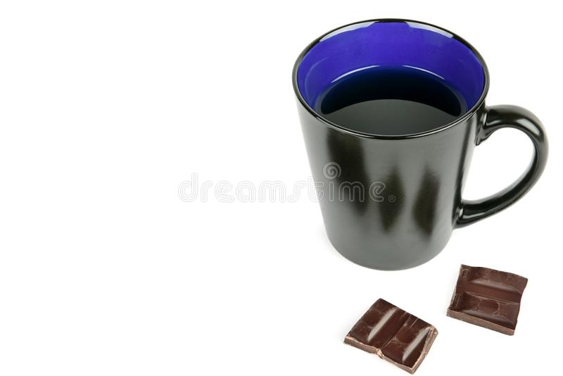 Ein Tasse Kaffee und eine Praline lokalisiert auf weißem Hintergrund Freier Platz für Text lizenzfreie stockbilder