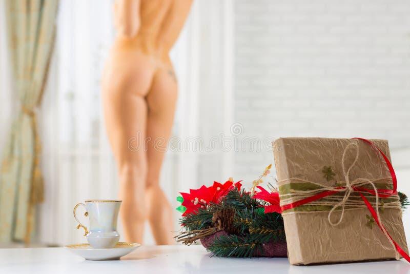 Ein Tasse Kaffee und ein Weihnachtsgeschenk auf dem Hintergrund eines n lizenzfreies stockbild