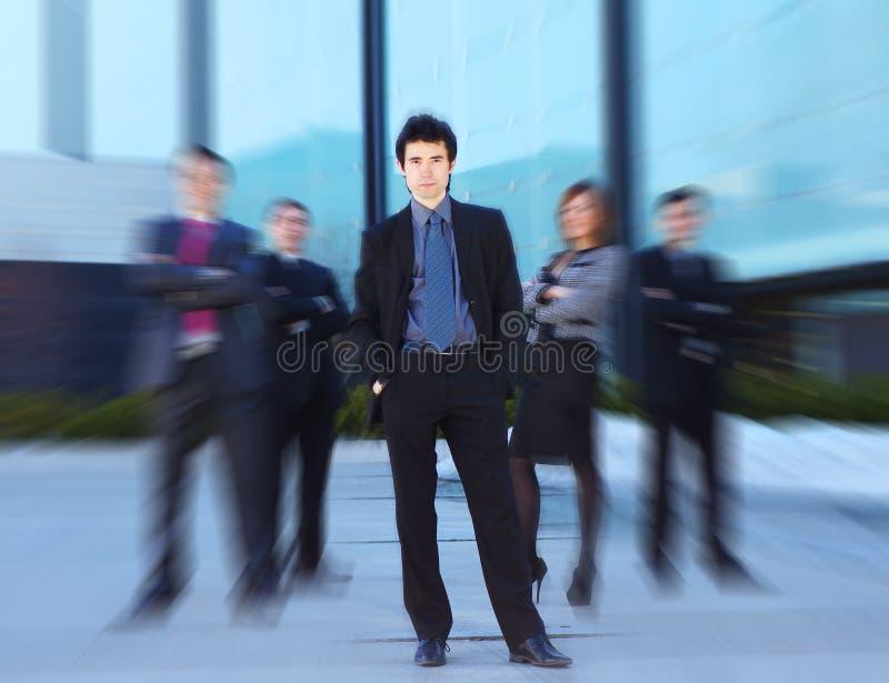 Ein Team der jungen Geschäftspersonen in der formalen Kleidung stockbilder