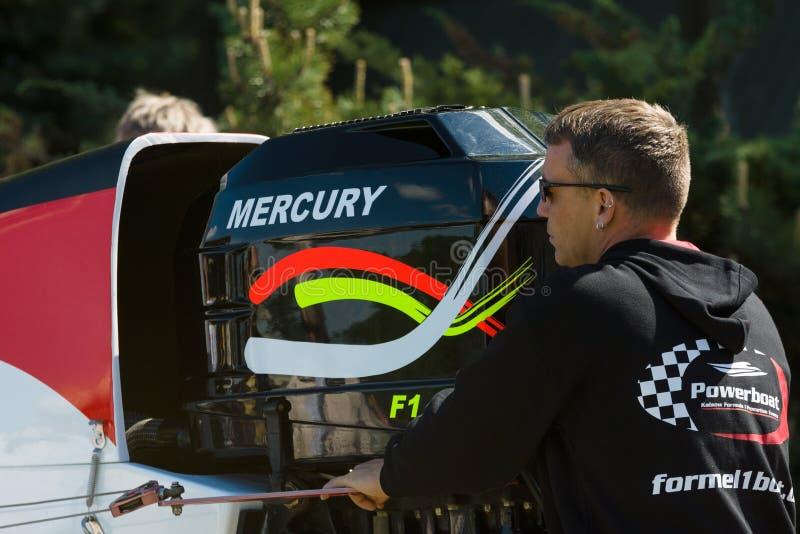 Ein Techniker bereitet eine Schnellboot Formel 1 für die Demonstrationsrennen vor lizenzfreie stockbilder